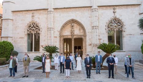 Els ministres i els agents socials posen davant la premsa abans d'iniciar la reunió ahir a Palma.