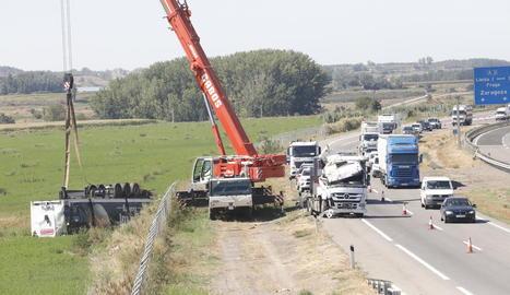 Estat en què van quedar el camió i el turisme després de l'accident a Cervera.