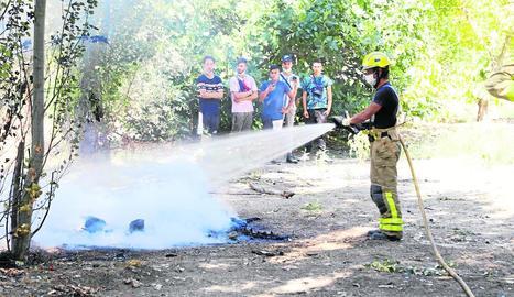 Imatge del foc de matolls ahir a la Mariola.