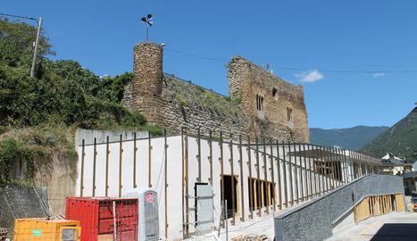 Les obres de l'exterior de la biblioteca de Sort respecten l'entorn del castell de la capital.