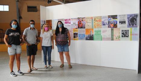 Àngels Carulla, Albert Font, Roser Miarnau i Dolors Pascual, en l'exposició de cartells de les festes.
