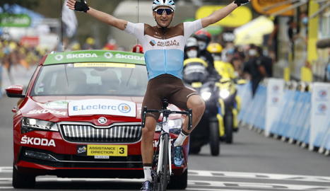 Nans Peters celebra el triomf a Lodenvièla, localitat a la qual va arribar en solitari.