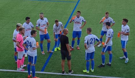 Jugadors del Mollerussa escolten la xarrada del tècnic Josep Maria Turull ahir durant un descans.