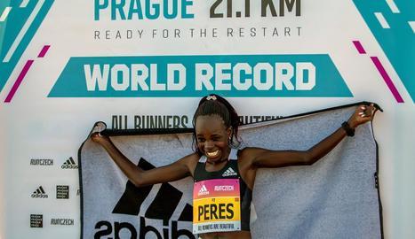 Una keniana bat el rècord mundial de mitja marató