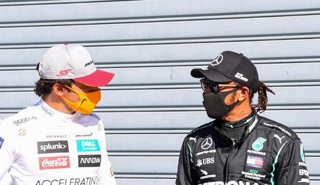 Sainz conversa amb Hamilton ahir a Monza.