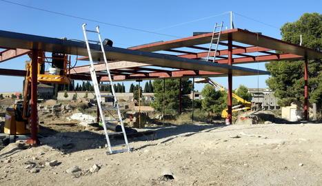 Imatge de la Gran Cambra i part de la infraestructura que s'està instal·lant per protegir-la.