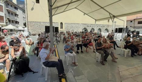 Moment en què els assistents a la Fira participen en el concert de clausura.