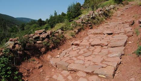 El tram superior del camí de la davallada de les Llagunes, després de les actuacions de millora.