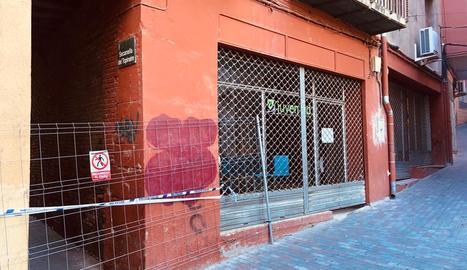 La Casa de la Joventut i el carreró limítrof tancats.
