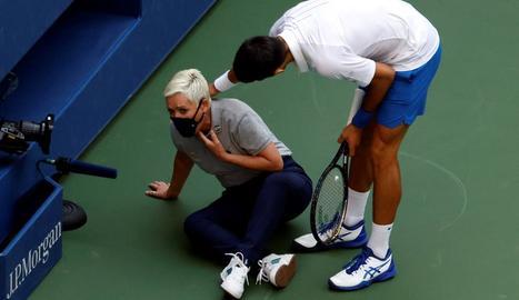 Novak Djokovic s'interessa per l'estat de la jutge de cadira després de rebre el cop de pilota.