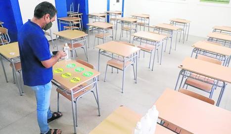 Preparant la tornada a les aules - Les escoles i els instituts esgoten aquests últims dies abans de l'inici de curs per condicionar i preparar les aules i zones comunes per tornar a classe amb totes les garanties sanitàries. A la imatge, el dir ...