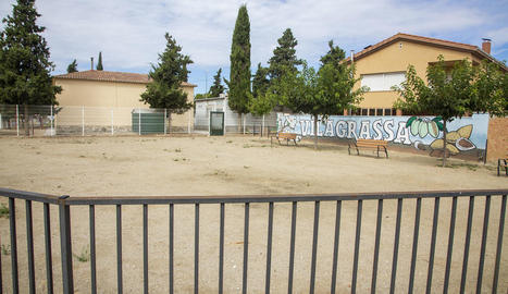 La plaça Primer d'Octubre de Vilagrassa, tancada perquè la utilitzi el col·legi com a pati.