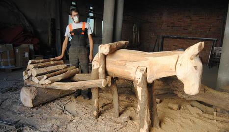 Erik Schmitz, treballant en una de les seues obres, que representa un carro tirat per una mula.