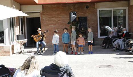 Carlitos Miñarro i els nens que feien el cor.
