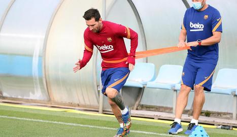 Leo Messi durant la feina individual a la sessió matinal del Barça a la Ciutat Esportiva.