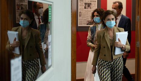 Carmen Calvo, seguida de María Jesús Montero i Pedro Duque, ahir a la sala de premsa de la Moncloa.