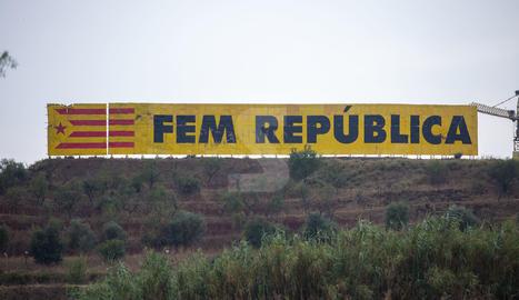 Reposen per enèsima vegada el gran mural independentista de Bellpuig