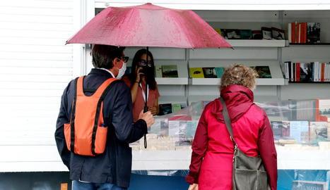 Visitants sota la pluja a la Setmana del Llibre a Barcelona.