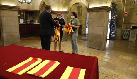 L'ajuntament de Lleida va repartir ahir senyeres de cara a la Diada de demà.