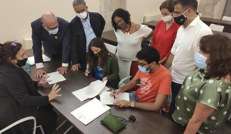 Moment en què el Sindicat de Llogaters i JxCat, ERC, CatComú i CUP van firmar l'acord, ahir.