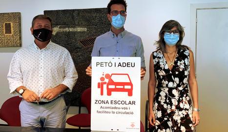 Joan Ramon Castro, Toni Postius i Sandra Castro, amb el cartell de la nova zona
