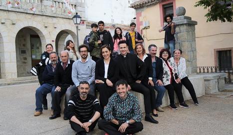 Foto de família dels actors que participen en aquesta nova sèrie setmanal.