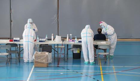 Sanitaris sotmeten a un test PCR un veí de Girona, ahir.