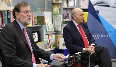 Rajoy i l'exministre Fernández Díaz, que, juntament amb Cospedal, han estat assenyalats en aquest cas.