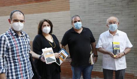 Anna Sàez i David Marín (al centre), flanquejats per responsables de Fonoll i Pagès Editors.