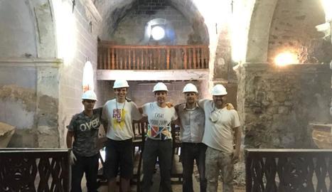 Novell, segon per la dreta, durant els treballs a l'església d'Espà.