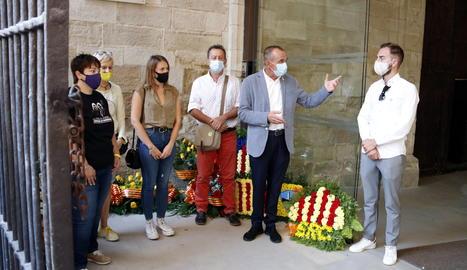L'alcalde de Lleida, Miquel Pueyo, acompanyat de membres d'ERC, a l'ofrena floral al Roser