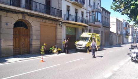 Bombers i sanitaris atenent el ferit a Ponts.