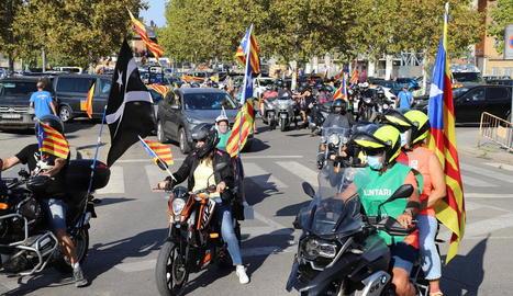 Desenes de motos sortint del Camp d'Esports davant dels cotxes ahir a la tarda quan va arrancar la marxa independentista.