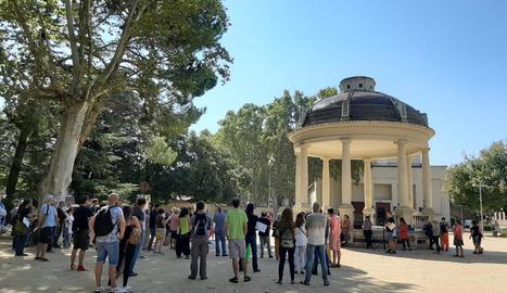 Vista de les persones congregades ahir al costat de la glorieta dels Camps Elisis de Lleida, amb Josep Pàmies al capdavant.