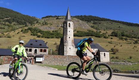 Turistes i aficionats a la BTT, ahir al matí al nucli de Montgarri, a la Val d'Aran.