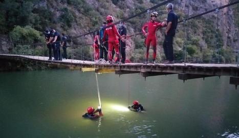 El cos sense vida del jove va ser trobat per membres de la unitat subaquàtica dels Bombers.