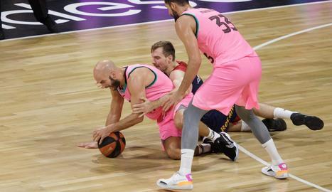 Calathes lluita per la pilota amb un jugador baskonista.