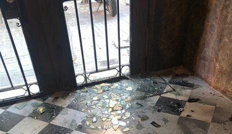 L'entrada a la seu d'Òmnium a Barcelona amb els vidres destrossats i marques de cremades.