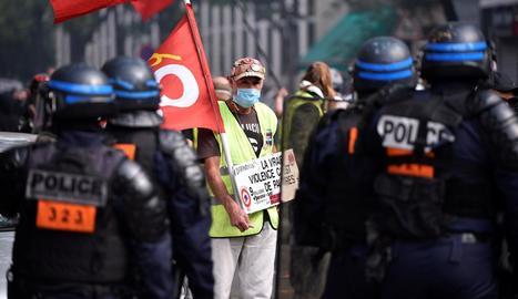 Un dels manifestants davant el cordó policial.