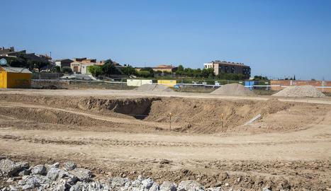 Els treballs de construcció de la primera piscina de Vilagrassa.