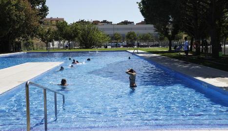 Banyistes que van inaugurar a començaments d'agost la temporada de bany a les piscines de Balàfia.