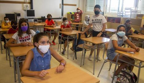 Alumnes de Primària del col·legi Maria-Mercè Marçal de Tàrrega, a l'aula amb mascareta.