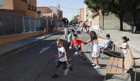 A l'esquerra, sortida d'alumnes de l'escola Príncep de Viana. A la dreta, nens del col·legi Pardinyes juguen en un carrer annex que és de vianants i ara serveix de pati.