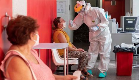 Una infermera porta a terme una prova PCR a una pacient en un hospital de Múrcia.