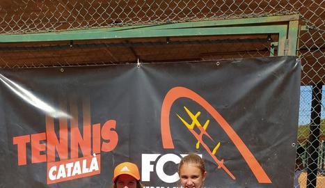 Les dos tenistes del CN Lleida, amb el trofeu aconseguit.