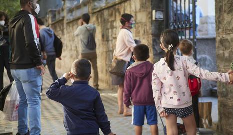 Diversos pares acompanyen els seus fills al col·legi a Pamplona.