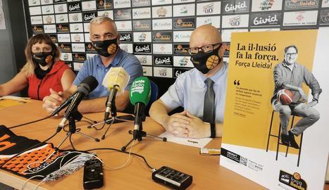 Montse Pociello, responsable de la campanya, Albert Aliaga i Andreu Cabezudo, ahir durant la presentació dels nous abonaments.