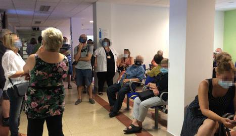 Alguns pacients, de peu ahir en una de les sales d'espera.
