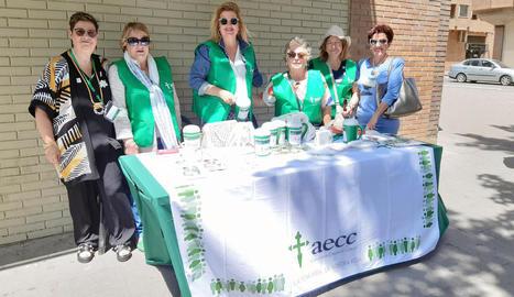 Pepi Mecias, a l'esquerra, durant la celebració de l'acapte de l'any passat amb altres voluntàries de l'AECC Lleida.