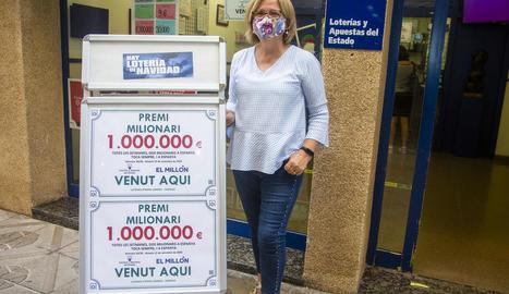 Moreno, al costat del cartell amb l'import del bitllet afortunat.
